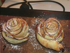 Upečte si chutné ruže z lístkového cesta a jabĺk. Recept je veľmi jednoduchý a zvládne to každý. Budete potrebovať čerstvé jabĺčka, lístkové cesto a práškový cukor na posypanie...