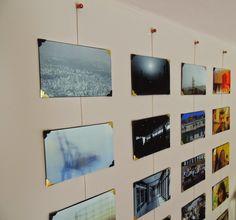 Mural de fotos feito com cordão de cetim e cantoneiras de papel