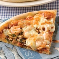 Préchauffer le four à 205 °C (400 °F). Verser la sauce rosée dans une casserole et incorporer les fruits de mer. Laisser mijoter à feu moyen de 3 à 4 minutes. Ajouter l'ail et, si désiré, le persil haché. Saler et poivrer... Seafood Pizza, Taco Pizza, Veggie Pizza, Pizza Restaurant, Pizza Buns, Pizza Sandwich, Vegan Junk Food, Vegan Sushi, Pizza Recipes