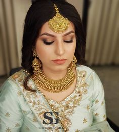 13 Pretty Gold Maang Tikka Designs We Spotted On Brides! Real Gold Jewelry, Gold Wedding Jewelry, Gold Jewelry Simple, Bridal Jewelry, Glass Jewelry, Quartz Jewelry, Gold Maang Tikka Design, Gold Jewellery Design, Tikka Designs