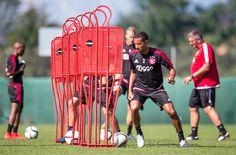 Tussen alle zware trainingen van Ajax door werd Ricardo van Rhijn gisteren door Ajax TV geïnterviewd. In dit interview blikt Van Rhijn terug op het teleurstellend verlopen seizoen van vorig jaar, zowel individueel als collectief. Verder bespreekt de 24-jarige rechtsback hoe de trainingsweek verloopt in Oostenrijk, wat de verwachtingen zijn voor komend seizoen en wat hij vindt van de nieuwe aanwinsten Gudelj en Heitinga.