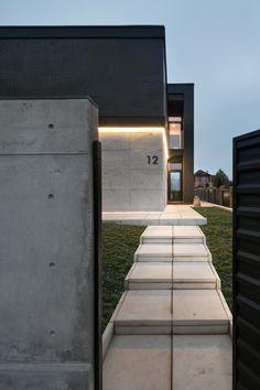 Buddy's House by Sergey Makno 2층 높이의 책장과 계단이 일품인 단독주택 통나무 더미처럼 보이는 외...