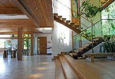 Escada em madeira (garapeira), projeto de Maria Ruschel e Nelson Teixeira Neto