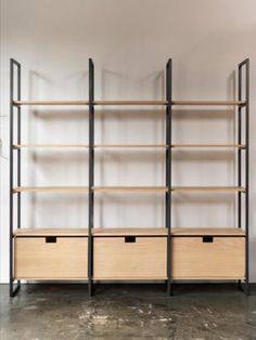 Estantería estilo industrial Wood Shelving Units, Oak Shelves, Shelving Design, Shelf Design, Display Shelves, Store Shelving, Metal Storage Shelves, Easy Storage, Modern Bookcase