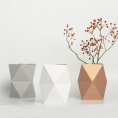 Paper Vase by Snug Studio, Germany Fold your geometric vase and combine it with a small glass of water! Snug Studio, Vase Transparent, Objet Deco Design, Deco Rose, Vase Design, Paper Vase, Geometric Form, Geometric Sculpture, Geometric Wall