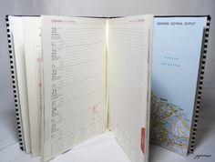 Ręcznie oprawiony kalendarz książkowy na rok 2016.  Kalendarz w formacie A4 oprawiony tkaniną w biało-czarne paseczki, szyty z tasiemką oraz kapitałką w kolorze kremowym.  Układ tygodniowy: 1...