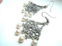 Bianco orecchini di perle orecchini pendenti argento di LeSirenes, €9.90