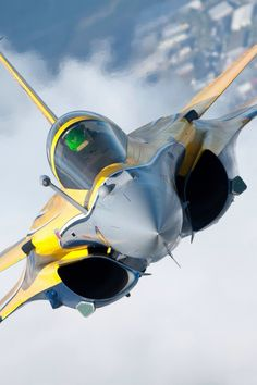 Avión de combate Rafale, this Rafale was the effective type of warplane that dropped Exocet missiles that sunk British warships during the Falklands conflict Airplane Fighter, Fighter Aircraft, Military Jets, Military Aircraft, Air Fighter, Fighter Jets, Image Avion, Avion Cargo, Rafale Dassault