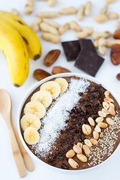 Este smoothie bowl (o batido en un bol) es un desayuno o merienda ideal. A los niños les encanta porque tiene un delicioso sabor a chocolate.