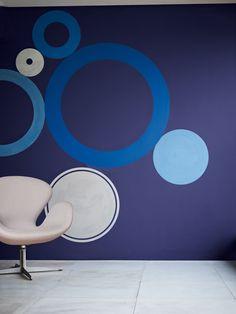 """O post de hoje é pra quem está na dúvida de quais cores escolher para pintar a casa ou apartamento.Se você quer deixar o seu lar na moda, confira as dicas abaixo! Para a Tintas Coral, a aposta do ano 2013 é o """"Violeta Inspirado"""", um tom de índigo com influência do violeta. Eu achei ma-ra-vi-lho-so, é um tom elegante e que ao mesmo tempo transmite a sensação de segurança..."""