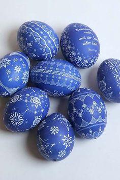 Oeufs bleu motif dentelle blanche