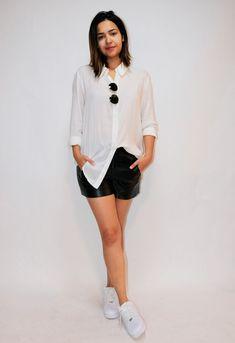 Samara Tavares de shorts de couro, camisa social e tênis Nike Air Force 1.