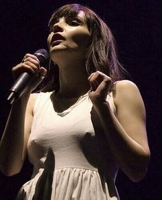The Image (Arc)Hive - Peter Kaminski Chvrches Lauren Mayberry, Female Of The Species, Beautiful People, Beautiful Women, Guitar Girl, Women In Music, Female Guitarist, Beauty Queens, Girl Crushes