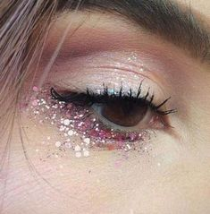 Eye makeup can greatly enhance your attractiveness and also make you look and feel dazzling. Learn the way to begin using make-up so that you can easily show off your eyes and stand out. Discover the top tips for applying make-up to your eyes. Eye Makeup Glitter, Pink Eye Makeup, Natural Eye Makeup, Cute Makeup, Party Makeup, Festival Makeup Glitter, Awesome Makeup, Natural Nails, Eyeliner Makeup