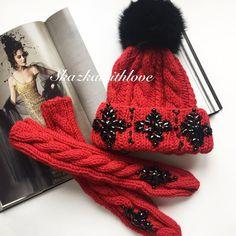 Красный комплект с длинными варежками от @skazkawithlove ❤️ шапочка с камнями и натуральным мехом 5000 р, варежки 4000 р❤️