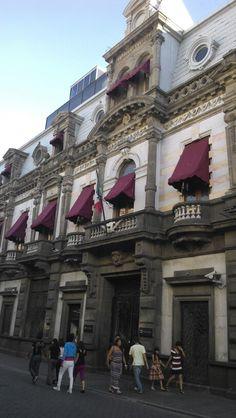 Este edifico hermoso está en el centro de la ciudad y es de un banco