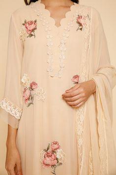 Khadi Kurta, Silk Kurti, Neck Designs For Suits, Neckline Designs, Embroidery Suits Design, Embroidery Fashion, Trendy Dresses, Fashion Dresses, Simple Pakistani Dresses