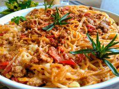 Špagety uvaříme podle návodu na skus. Přecedíme. Na oleji zpěníme pokrájenou cibulku. Přidáme mleté krůtí mleté maso, orestujeme, přilijeme… Gnocchi, Spaghetti, Ethnic Recipes, Food, Passion, Tailgate Desserts, Bulgur, Red Peppers, Essen