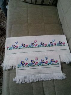This Pin was discovered by Lüt Sewing Art, Beach Mat, Sims, Bed Pillows, Diy And Crafts, Outdoor Blanket, Cross Stitch, Embroidery, Face Towel