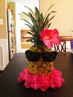 Poolside Party Decoration Ideas Best Of Pineapple Centerpiece … event Planning Class Ideas Aloha Party, Luau Theme Party, Party Set, Hawaiian Luau Party, Hawaiian Birthday, Tiki Party, Luau Party Foods, Party Games, Moana Party