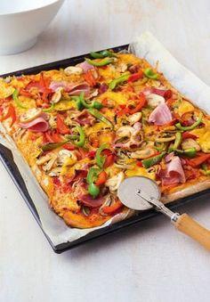 Nadýchaný slaný koláč z jogurtového těsta Salami Pizza, A Food, Food And Drink, Flatbread Pizza, Savoury Cake, What To Cook, Paella, Finger Foods, Mozzarella
