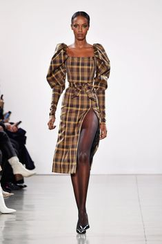 A model walks the runway for the Laquan Smith fashion show during New York Fashion Week: The Shows at Gallery II at Spring Studios on February 2019 in New York City. Get premium, high resolution news photos at Getty Images Milano Fashion Week, Ny Fashion Week, Lakme Fashion Week, Fashion Show, Fashion Weeks, Seoul Fashion, Plaid Fashion, Tokyo Fashion, Fashion Hair
