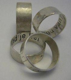 Zilveren ring met tekst van Edelsmederij Walstraat 94
