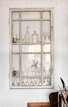 """En specialare är """"vitrinskåpet"""" som består av en nisch med farmors fönster som skåpdörr, inbyggt i väggen vid matbordet. Bakom glaset får några av Johannas alla loppisfynd en paradplats. """"När jag hittat något jag gillar vill jag ju att sakerna ska synas också. När jag ropat in en låda med gamla fina porslinstallrikar satte jag upp dem runt dörren mellan kök och matsal. Det var helt enkelt enda stället där det fanns plats!"""""""
