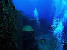 Yonaguni Monument Underwater Ruins off Yonaguni Island in Japan Under The Water, Under The Ocean, Mysterious Places On Earth, Mysterious Things, Underwater Ruins, Sunken City, Ruined City, Baja California Sur, Le Palais
