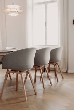 Wohntraum im Servitenviertel - Wiener Wohnsinnige Homestory Eames, House Tours, Dining Chairs, Furniture, Home Decor, Love Seat, Homes, Decoration Home, Room Decor