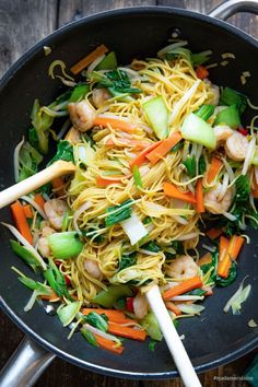 Asian Fried Noodles with Shrimps - Madame Cuisine - Recipes easy Healthy Indian Recipes, Healthy Gluten Free Recipes, Healthy Crockpot Recipes, Healthy Salad Recipes, Easy Chicken Recipes, Vegetarian Recipes, Healthy Vegetarian Breakfast, Clean Eating Vegetarian, Easy Vegetarian Dinner