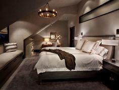 chambre mansarde avec un grand lit et suspension de design original - Chambre Mansardee Avec Poutre