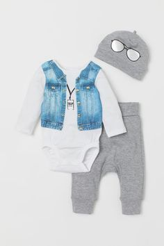 Set with long-sleeved bodysuit leggings and accessory in soft organic cotton jersey. Bodysuit with a printed design at front and snap fasteners at gusset. Leggings with foldover ribbing at waist. Little Boy Outfits, Baby Boy Outfits, Leggings, Vip Kid, Style Personnel, Diaper Bag Backpack, New Baby Boys, Heart For Kids, Coton Bio