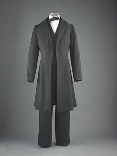 Abraham Lincoln's black broadcloth coat, vest, and trousers worn as his every day office suit during his presidency. The shirt and tie are reproductions. National Museum of American History Victorian Men, Victorian Fashion, Frock Coat, Historical Clothing, Modern Clothing, Male Clothing, Antique Clothing, American History, American Presidents