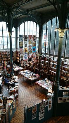 Librairie de la Halle St Pierre.   Paris.   Superbe et bien achalandée en  livres d'art brut.