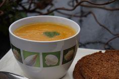 eenvoudige pompoen-wortelsoep --> recept op de blog :) Quesadillas, Tableware, Food, Dinnerware, Quesadilla, Eten, Meals, Porcelain