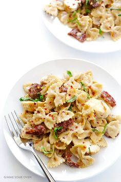 Creamy Pasta with Chicken & Sun-Dried Tomatoes -- ready to go in and made with a lightened-up sauce Pasta Recipes, Chicken Recipes, Dinner Recipes, Cooking Recipes, Healthy Recipes, Delicious Recipes, Sundried Tomato Chicken, Chicken Pasta, Penne Pasta
