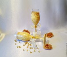 Свадебный ритуал обмена кольцами имеет многовековую историю, а вот обычай украшения свадебных бокалов, из которых пьют шампанское жених и невеста, появился не так уж и давно.Но обычай прижился и стал неотъемлемой частью праздника рождения новой семьи. Ведь на таком большом для жениха и невесты торжестве всё должно быть красивым, даже бокалы. Материалы: 1) бокалы — 2 шт; 2) спирт (водка); 3)…