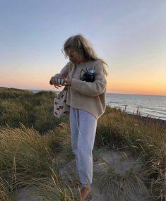 grafika odkryte przez 𝓖𝓸𝓵𝓭𝓮𝓷 𝓛𝓲𝓷𝓲𝓷𝓰𝓼. Odkrywaj (i zapisuj!) swoje własne obrazy i filmy z We Heart It Beach Aesthetic, Summer Aesthetic, Summer Dream, Summer Girls, Estilo Blogger, Winter Beach, Foto Casual, Influencer, Cecile
