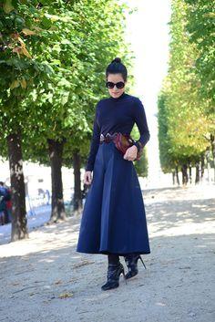 Street style em Paris usando pantacourt azul marinho Delpozo e blusa justa de manga longa azul marinho, bota Alaïa e cabelo preso.