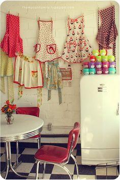 Vintage aprons Love this kitchen. I love vintage and retro. Tops Vintage, Vintage Love, Retro Vintage, Vintage Apron, Retro Apron, Vintage Stuff, Vintage Sewing, Shabby Vintage, Vintage Decor