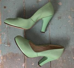 b412e74ac2f 40s Pumps in Mint Green- 1940s Vintage High Heels   Pin Up Shoes- Leather- Light  Green- Round Toes- Size 6
