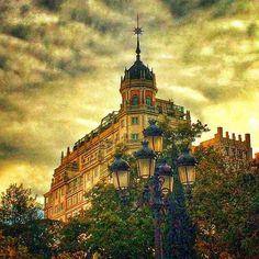 El ultimo edificio de la Gran Vía..... o el último según se mire....   The last building of Gran Via ..... or the last one depending how you look ....   Vistas de la Gran Vía desde la Plaza de España, Madrid  #arquitectura #architecture #madrid