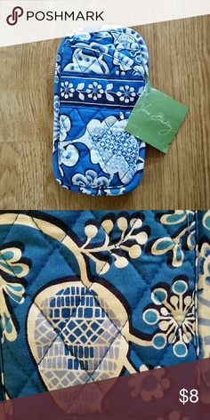 NWT Vera Bradley Double Eye glass holder Blue Never used Vera Bradley Double Eye glass holder Blue Lagoon (Consider bundling to get more value out of the cost of Shipping and feel free to make offers on bundles) Thank you for visiting my closet!! SMOKE FREE CLEAN HOME Vera Bradley Bags Cosmetic Bags & Cases