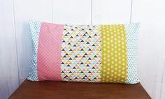 Housse de coussin 50 x 30 cm style nordique patchwork de tissus Triangles, pois et vagues, menthe, jaune et rose corail : Textiles et tapis par zig-et-zag