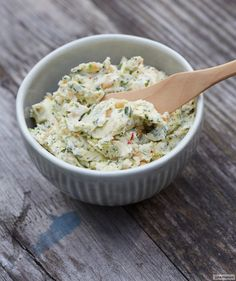 Rezept für Koriander-Chili-Butter bei Essen und Trinken. Und weitere Rezepte in den Kategorien Gewürze, Kräuter, Milch + Milchprodukte, Nüsse, Party, Einfach, Gut vorzubereiten, Vegetarisch.