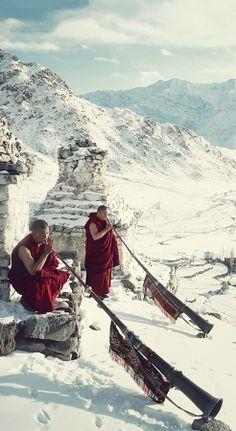 DUNG La trompeta tibetana, llamada dung, puede llegar a tener hasta 5 metros de longitud. Está hecha de cobre, es de tubo cónico y también consiste en varias secciones telescópicas separadas por bolas, al igual que las trompetas chinas. Su boquilla, como la de muchas otras trompetas asiáticas, es ancha y plana.  Cuando es sonada durante los ritos del lama, se suele apoyar en el suelo, y produce un sonido grave y atronador.