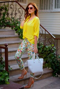 Discover and organize outfit ideas for your clothes. Decide your daily outfit with your wardrobe clothes, and discover the most inspiring personal style Blumenhosen Outfit, Floral Pants Outfit, Gold Outfit, Trendy Outfits, Fashion Outfits, Womens Fashion, Fashion Trends, Fashion Ideas, Fashion Design