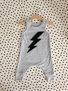 Lightening strike runaround romper, gender neutral by MarmaladeSkyBaby on Etsy w… - Babykleidung How To Make Clothes, Diy Clothes, Sewing Clothes, Baby Boy Fashion, Kids Fashion, Baby Boy Clothes Hipster, Moda Hipster, Gender Neutral Baby, Bermuda