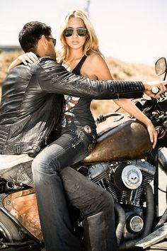 Beautiful Girls With Cars and Motorcycles - Bellas Mujeres Con Coches y Motos - Girls Washing Cars - Cars - Coches - Bikes - Motos Biker Love, Biker Style, Harley Davidson, Biker Chick, Biker Girl, Rocker, Photo Couple, Hot Bikes, Plymouth
